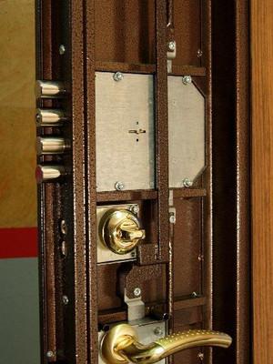 Замена замков в стальных дверях. Ремонт дверей